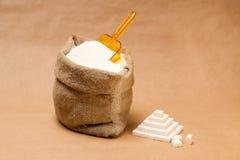 Zak met suiker en plastic lepel Royalty-vrije Stock Fotografie