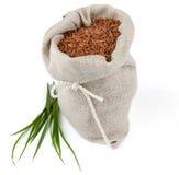Zak rode rijst met greens stock afbeeldingen