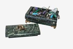 Zak serpentiniet met juwelen Stock Foto