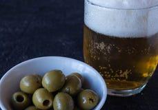 Zakąska oliwki i piwo zdjęcia royalty free