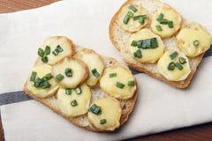Zakąska pszeniczne chleba, grul, serowych i zielonych cebule, fotografia royalty free