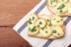 Zakąska pszeniczne chleba, grul, serowych i zielonych cebule, zdjęcia stock