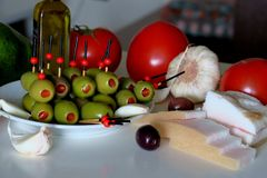 Zak?ska z oliwkami, pomidorem, avocado, czosnkiem i okras?, zdjęcie royalty free
