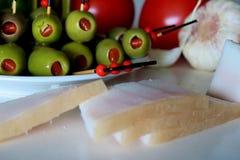 Zak?ska z oliwkami, pomidorem, avocado, czosnkiem i okras?, obrazy royalty free