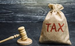 Zak van geld en de woordbelasting en hamer van de rechter Het concept van de WET Hof en vonnis Rechtvaardigheid en wettigheid Ope stock foto