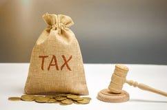Zak van geld en de woordbelasting en hamer van de rechter Het concept van de WET Hof en vonnis Rechtvaardigheid en wettigheid Ope royalty-vrije stock afbeeldingen