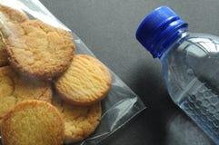 Zak van koekjes en fles water Royalty-vrije Stock Afbeelding