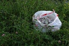 Zak van recycleerbare voorwerpen in gras Royalty-vrije Stock Afbeeldingen