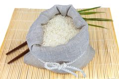 Zak witte rijst op de mat stock fotografie
