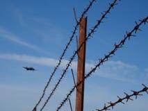 Zakazujący samolot i drut Zdjęcia Royalty Free