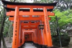 zakazuje torii Fushimi Inari świątynia Fushimi Inari Taisha kyoto Japonia Obrazy Royalty Free