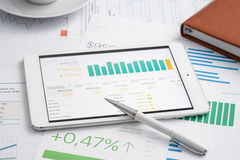 Zaken analitisch met tabletpc Royalty-vrije Stock Foto's