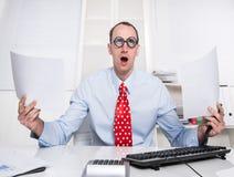Zaken - bizarre manager die zijn ogen rollen en documenten houden royalty-vrije stock foto