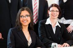 Zaken - businesspeople hebben teamvergadering in een bureau Stock Foto's