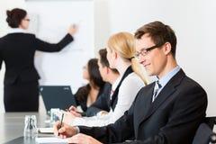 Zaken - businesspeople, het samenkomen en presentatie in bureau Stock Foto's