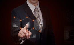 Zaken, cyberspace en toekomstig technologieconcept - sluit omhoog van zakenman in kostuum die met virtuele grafieken over donkere stock foto