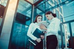 Zaken Dame #37 Bureaupersoneel Twee jonge meisjes met elektronisch lusje Royalty-vrije Stock Foto's