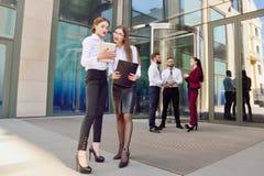 Zaken Dame #37 Bureaupersoneel Twee jonge meisjes met elektronisch lusje Stock Foto