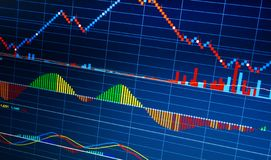 Zaken die financiële die statistieken analyseren op het scherm worden getoond royalty-vrije stock fotografie