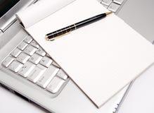 Zaken die - Nota's neemt door Laptop Royalty-vrije Stock Afbeeldingen