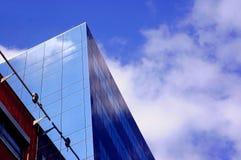 Zaken die op blauwe hemelachtergrond voortbouwt Royalty-vrije Stock Fotografie