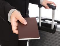 Zaken die trekkend koffer en houdend paspoort reizen Royalty-vrije Stock Foto