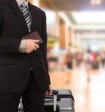 Zaken die trekkend koffer reizen Stock Afbeelding