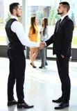 Zaken en bureauconcept - twee zakenlieden die handen schudden royalty-vrije stock afbeelding