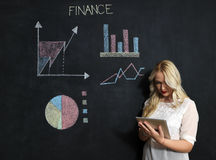 Zaken en finaces concept - het glimlachen het bedrijfsvrouw voorstellen Stock Foto's
