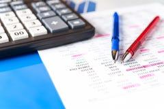 Zaken en financiële achtergrond met gegevens, pen en calculator Boekhoudingsachtergrond stock afbeeldingen