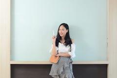Zaken en mensenconcept - het glimlachen onderneemsterpresentatie stock afbeeldingen