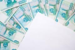 Zaken, financiën, besparing, bankwezenconcept - sluit omhoog bundel van geld Russische Bankbiljetten duizend roebels op houten li royalty-vrije stock afbeelding