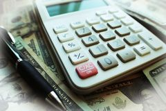Zaken & Financiën met Calculator bovenop Hoge Jaren '20 - kwaliteit Stock Afbeeldingen