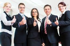 Zaken - groep businesspeople in bureau Stock Afbeelding