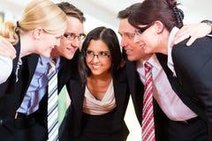 Zaken - groep businesspeople in bureau Royalty-vrije Stock Afbeeldingen