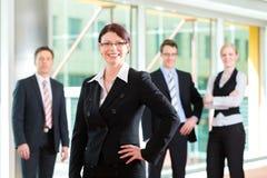 Zaken - groep businesspeople in bureau Royalty-vrije Stock Foto's