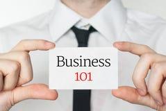 Zaken 101 Het Adreskaartje van de holding van de zakenman Stock Fotografie
