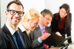 Zaken - het zakenlui heeft teamvergadering Stock Afbeeldingen