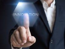 Zaken, Internet en technologieconcept Vertoning van zakenman de uitgezochte Innovaties Royalty-vrije Stock Afbeeldingen