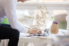 Zaken laptop online zaken die de rekeningen van de gelddollar maken stock fotografie