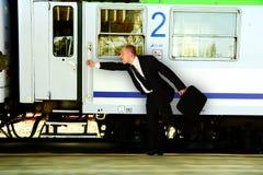 Zaken: Mens die aan de trein meeslepen royalty-vrije stock afbeelding