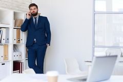 Zaken Person Making Phone Call in Bureau stock foto