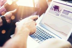 Zaken Team Brainstorming Process Medewerkers Startit Innovaties De Apparaten van zakenmanusing modern electronic Royalty-vrije Stock Foto's