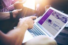 Zaken Team Brainstorming Process Medewerkers Startit Innovaties De Apparaten van zakenmanusing modern electronic Royalty-vrije Stock Afbeelding