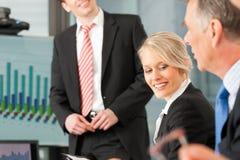 Zaken - team in bureau Stock Afbeelding