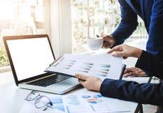 Zaken Team Corporate Organization Meeting Concept met lege het schermlaptop computer stock foto
