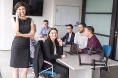 Zaken Team At een Vergadering bij de moderne bureaubouw royalty-vrije stock fotografie