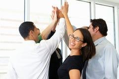 Zaken Team Giving One Another High Vijf stock foto