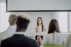 Zaken Team Training Listening Meeting Concept De mooie bedrijfsvrouw spreekt op conferentie royalty-vrije stock foto