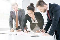 Zaken Team Writing Plans royalty-vrije stock afbeelding